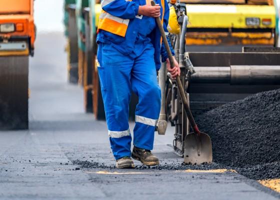 Bauarbeiter bei der Sanierung der Fahrbahndecke