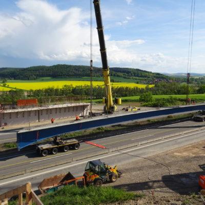 Brückenteil wird mit Teleskopkran von LKW geladen