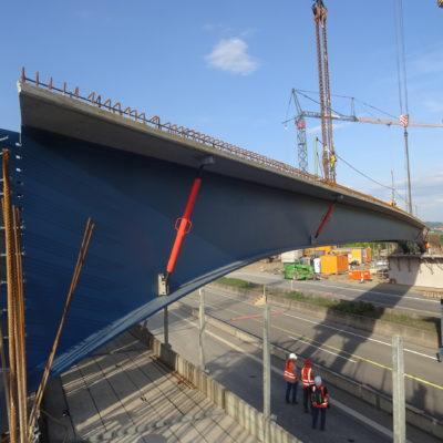 Brückenteil wird über der Fahrbahn eingehoben
