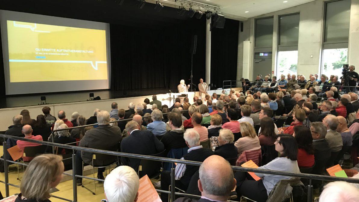 Infoveranstaltung Bühne und Menschen im Publikum