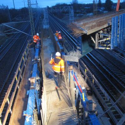 Bauarbeiten im Scheinwerferlicht auf der Brücke