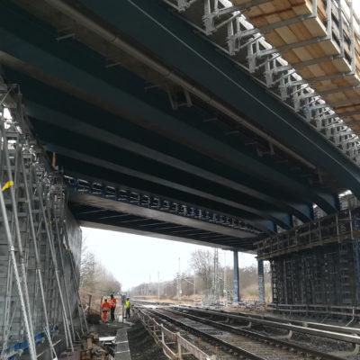 Blick von den Bahngleisen unter die Brücke