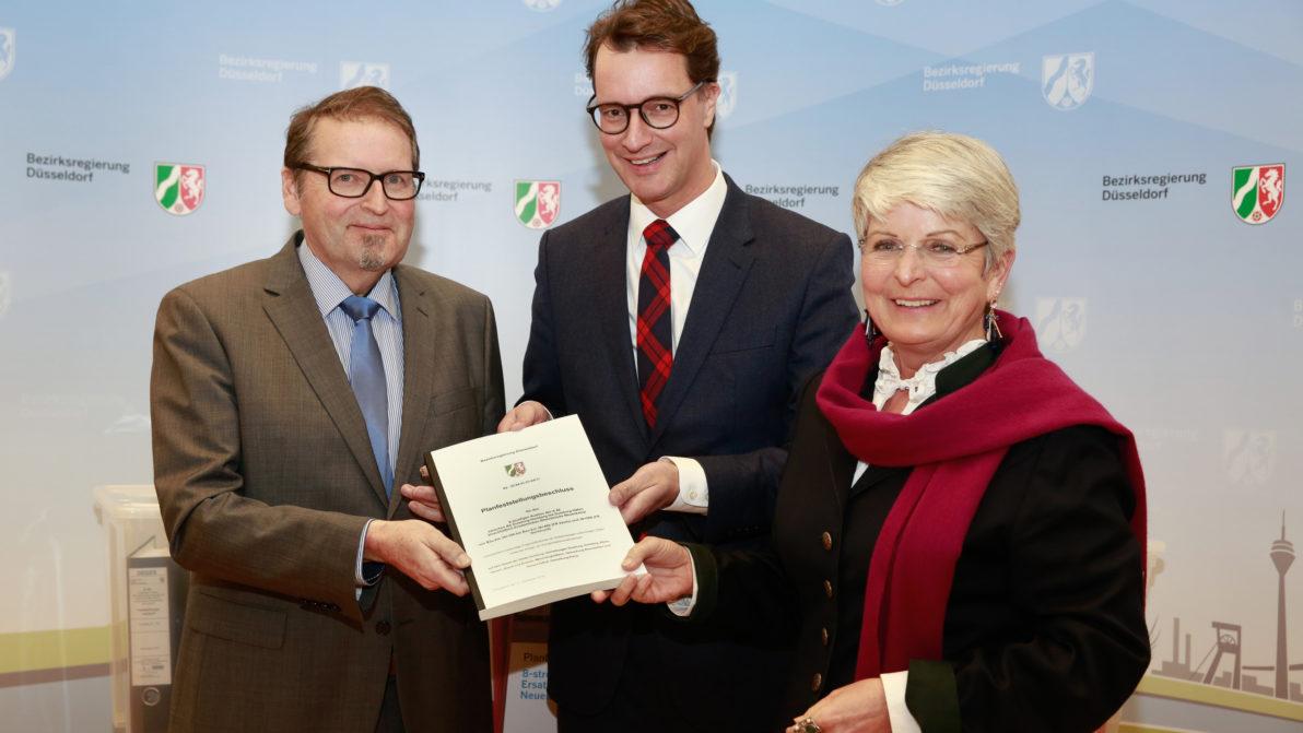 DEGES-Bereichsleiter Dr. Udo Pasderski, Landesverkehrsminister Hendrik Wüst und Düsseldorfs Regierungspräsidentin Birgitta Radermacher (v. l.) bei der Übergabe des Planfeststellungsbeschlusses