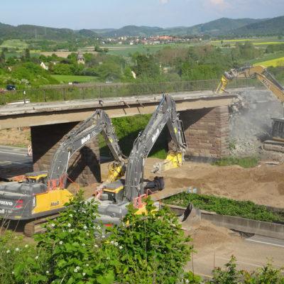 2 Bagger reissen die alte Brücke ab