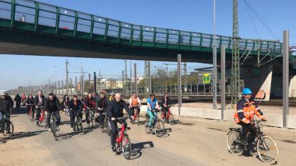Fahrradfahrende auf der neuen Wilhelmsburger Reichsstraße