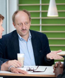 Martin Steinkühler im Gespräch mit zwei Kollegen