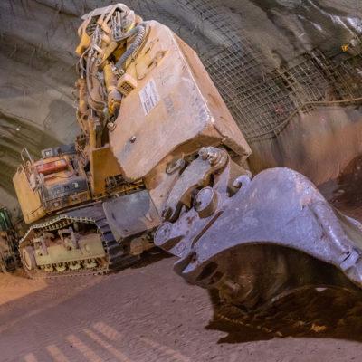 Bagger im Tunnel