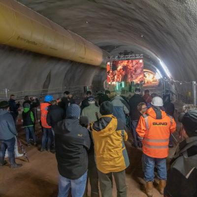 Menschen im Tunnel hören einem Vortrag zu