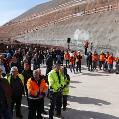 Zuschauer vor dem Tunneleingang