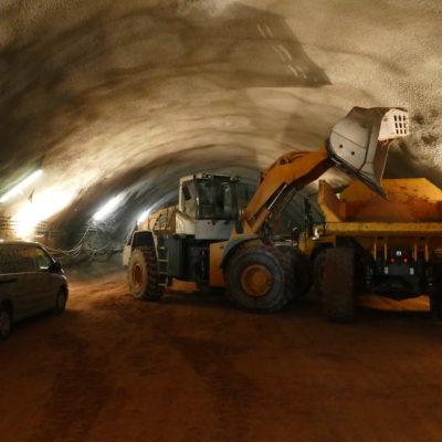 Radlader und Muldenkipper im Tunnel