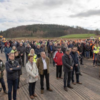 Stehende Zuschauer auf der Baustelle