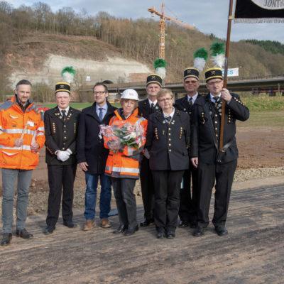 Offizielle Vertreter posieren auf der Baustelle