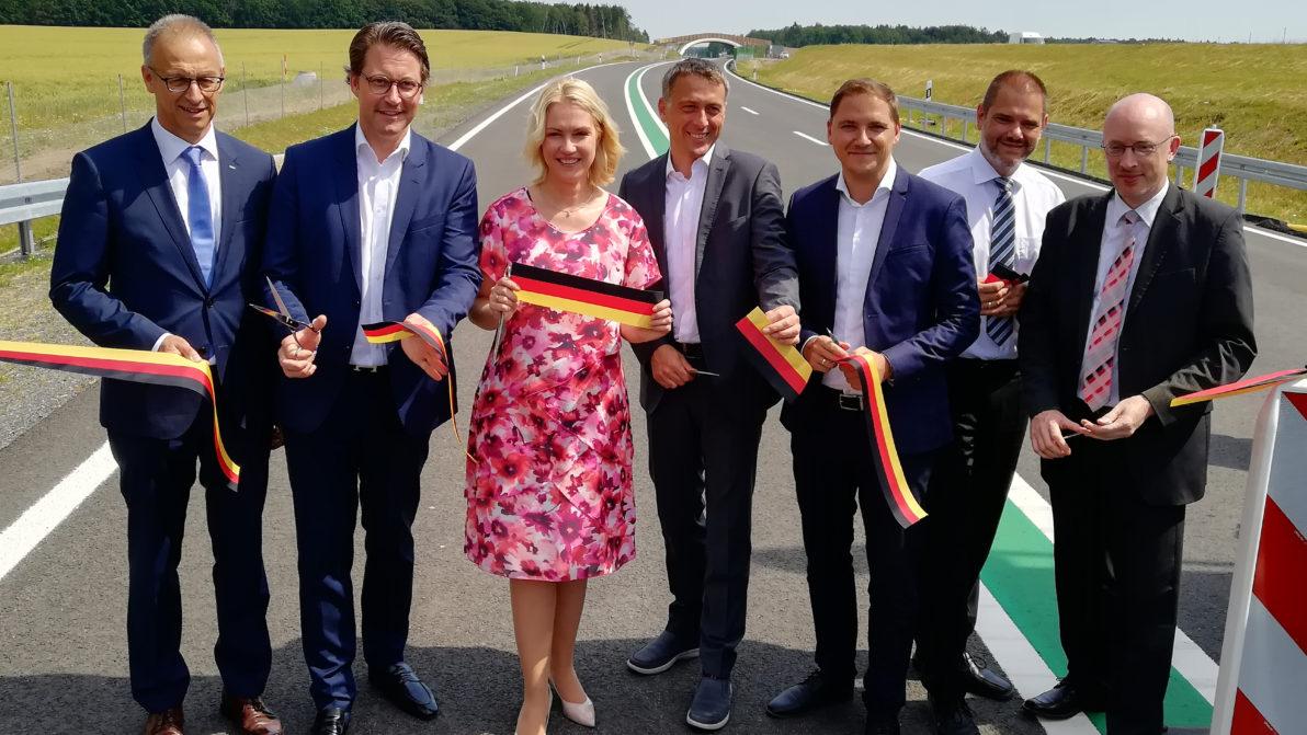 Politische Vertreter beim Duchschnitt des Bandes in Deutschlandfarben