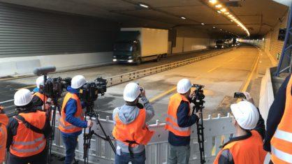 Pressefotografen fotografieren die Einfahrt des Tunnels