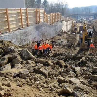 Tunnelbaugrube mit frisch gesprengtem Fels