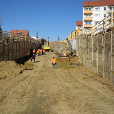 Tunnelbaustelle mit Blick in Richtung des gesprengten Felsgesteins