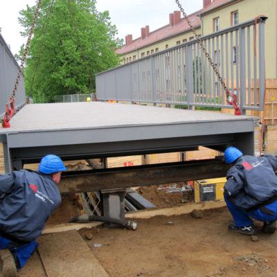 Montage der Fußgängerbrücke über der Tunnelbaustelle