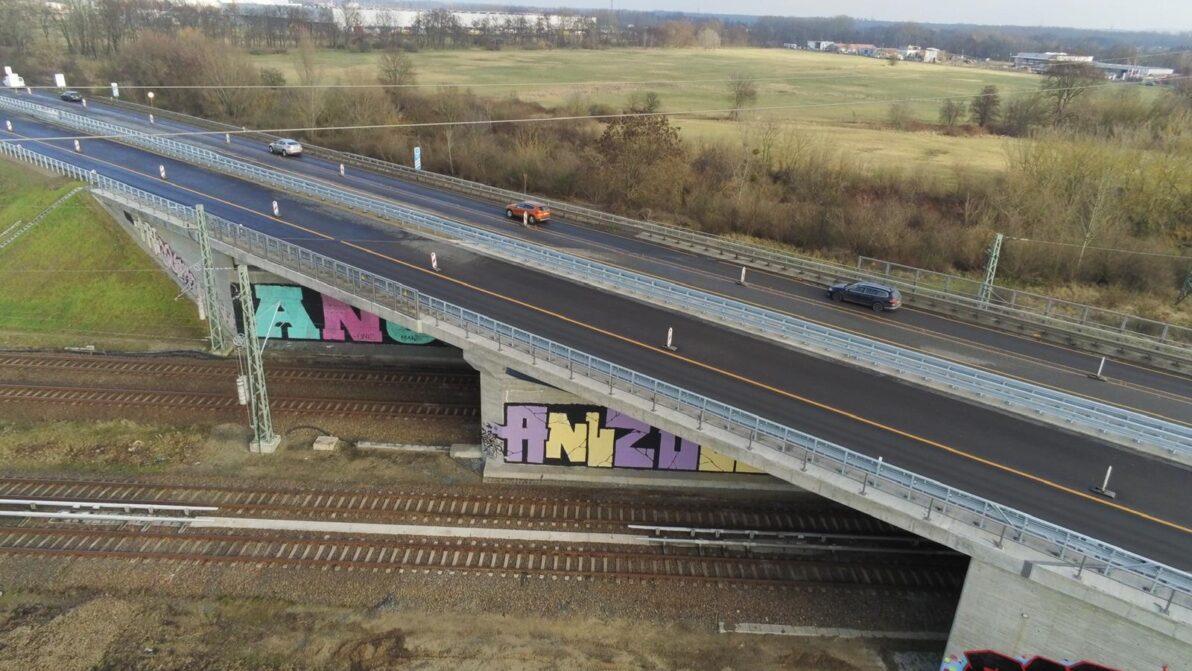 Luftaufnahme der neuen Brücke im Zuge der A 114
