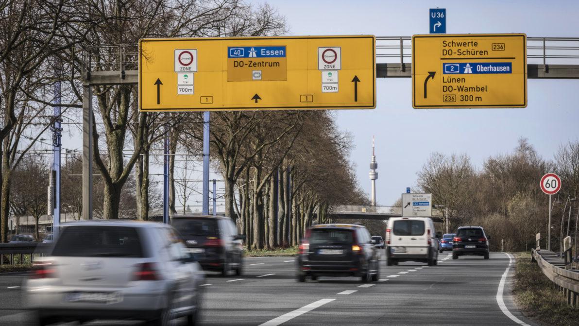 Mehrere Autos fahren der Straße Richtung Dortmund Zentrum