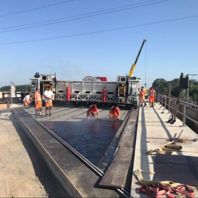 Einbau des Gussasphalts auf dem neuen Brückenteil