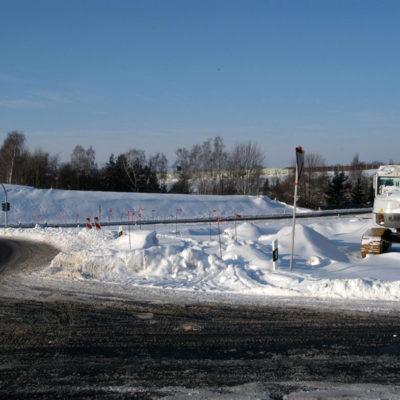 Eingeschneites Baufeld des Regenrückhaltebeckens (Jordantalbrücke/Fichteschulweg)