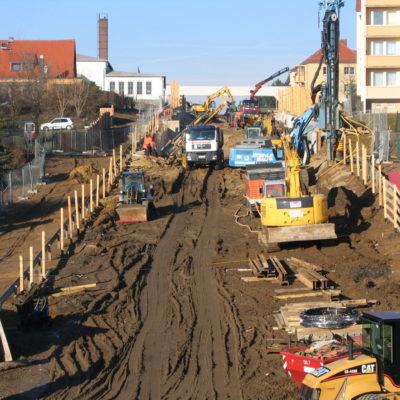Blick von der Bahnbrücke in die Baustelle Daimlerstaße