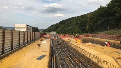 Bauarbeiter bei den Sanierungsarbeiten auf der alten Talbrücke Volmartstein