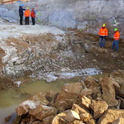 Tunnelbaustelle: Felsbruchkante nach Sprengung