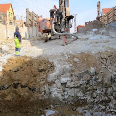 Felsbruchkante und Sprenglochbohrung zur Fortsetzung der Sprengarbeiten
