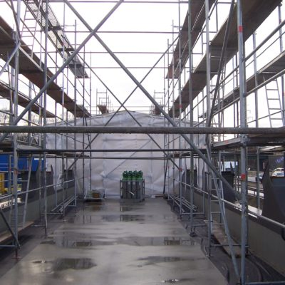 Einhausung Stahlüberbau auf der Baustelle der Schweißarbeiten zum Schutz vor Witterung