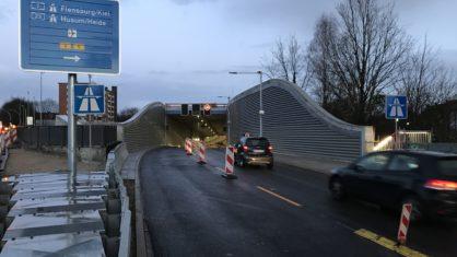 Erste Verkehrsteilnehmer fahren in die neue Oströhre des Tunnels Stellingen