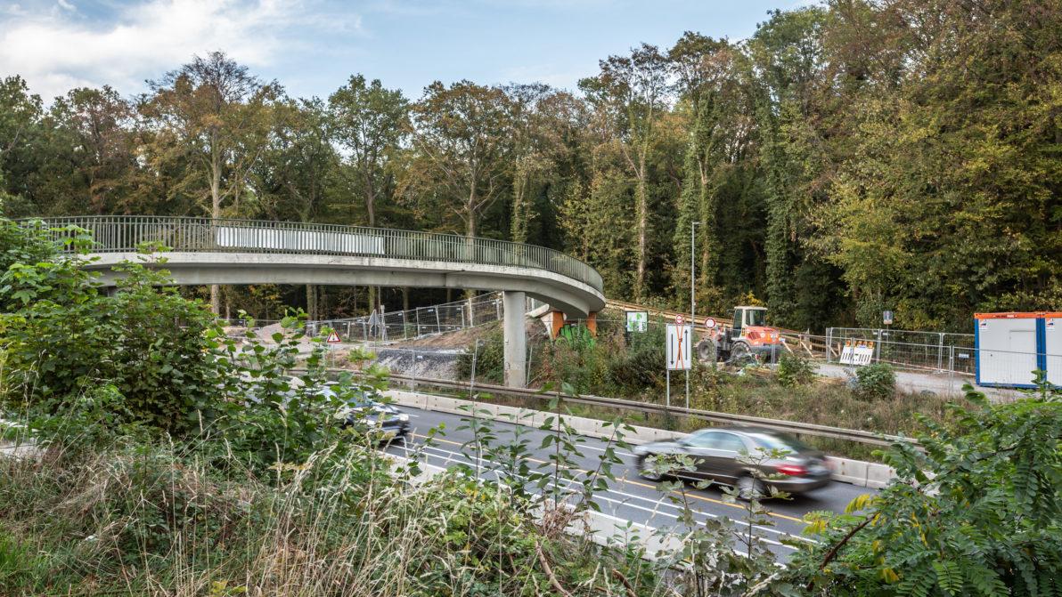 Die Baustelleneinrichtung an der Füßgäbgerbrücke in Höhe des Freischütz