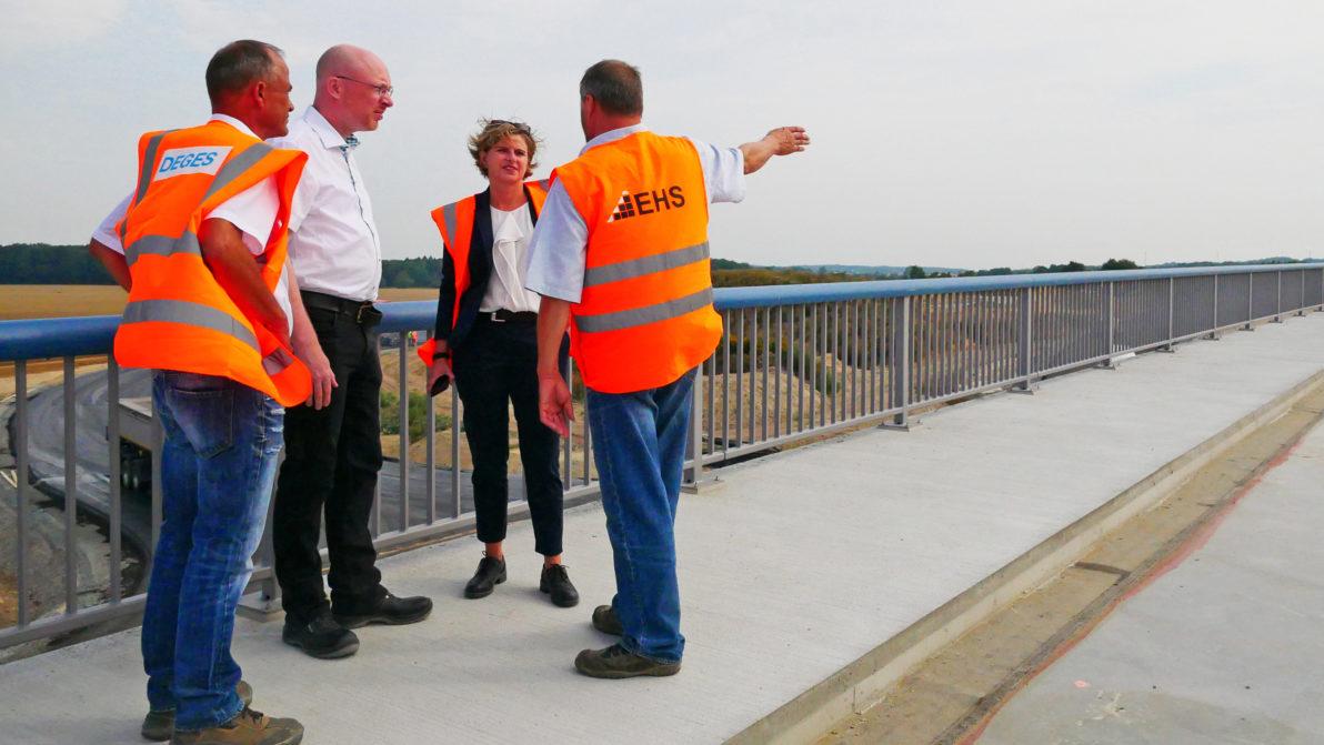 Der Minister informiert sich über die Baustelle