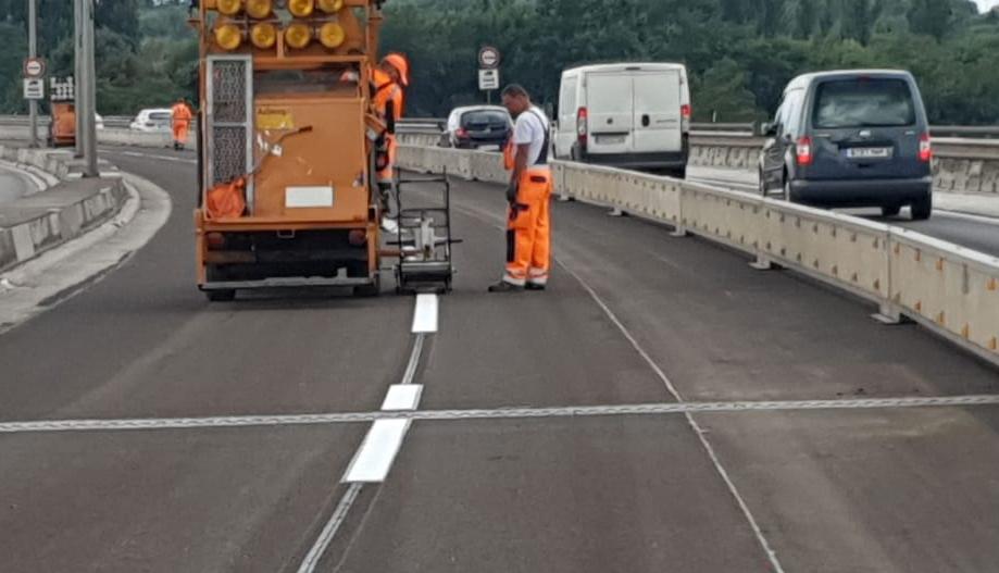 Die letzteb Markierungsarbeiten der Rudolf-Wissell-Brücke
