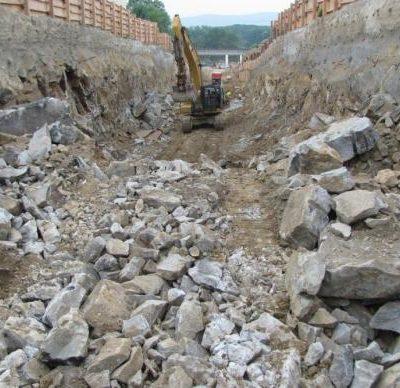 schwere Felse in der Tunnelbaugrube