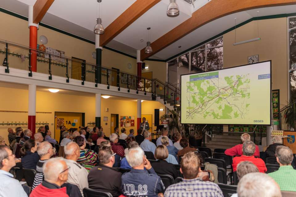 Zuhörer betrachten eine Verkehrskarte