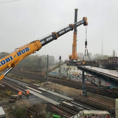 A 114, Außenringbrücke: Ausheben eines Stahlträgers