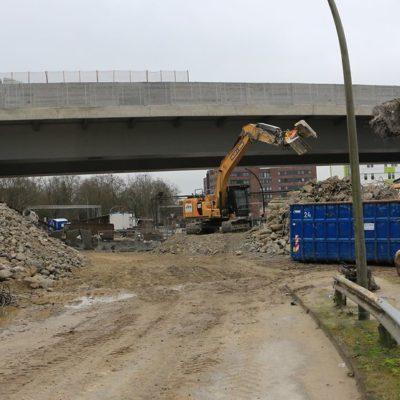 Abbrucharbeiten am nördlichen Wiederlager der Langenfelder Brücke