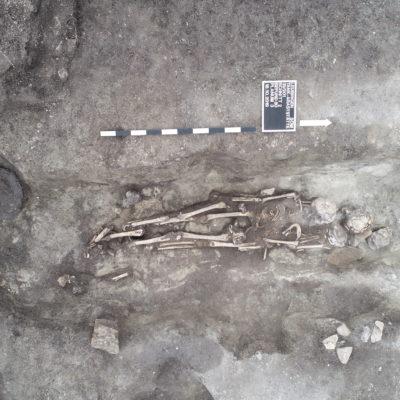 Spätbronzezeitliches Grab mit drei Bestatteten