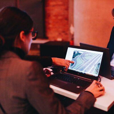 Themenwerkstatt zum Umbau des AD Funkturm / Tag 1 / DEGES-Mitarbeiterinnen bedienen das interaktive 3D-Modell