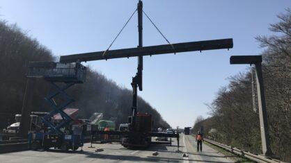 Abbau der Verkehrszeichenbrücke in Fahrtrichtung Köln