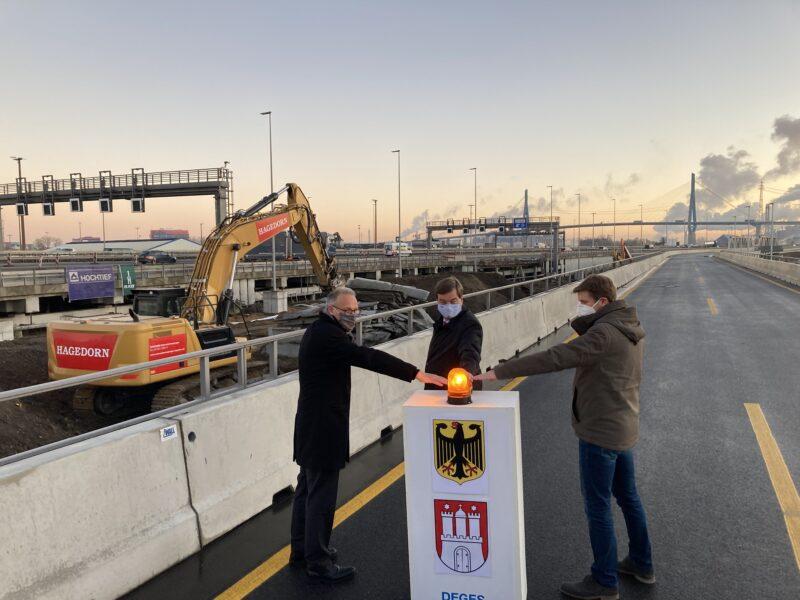 Drei Herren drücken auf einen Knopf um den Baubeginn der des Ausbaus der K 20 zu symbolisieren