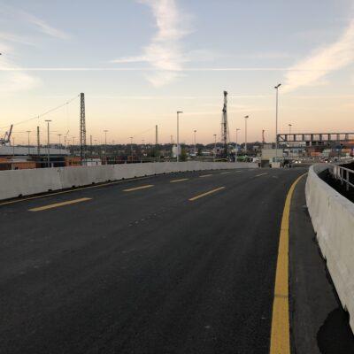 Die Fahrstreifen auf dem Hilfsdamm wurde November 2020 in Betrieb genommen