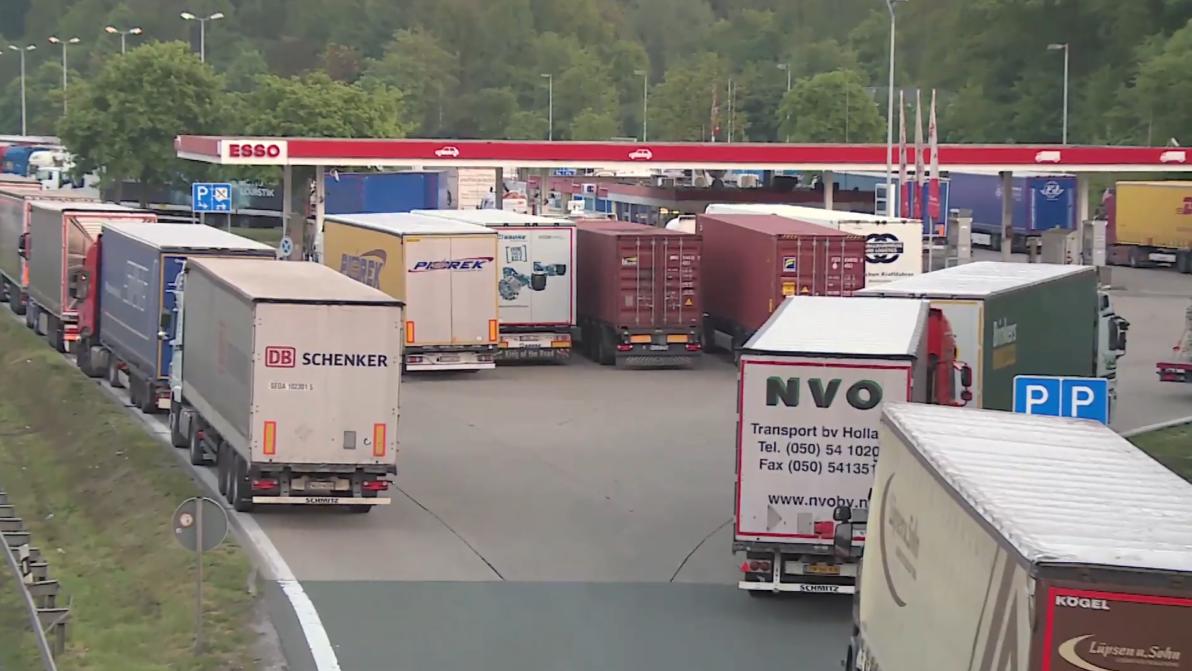 Zu viele LKW stehen auf einer Rastanlage