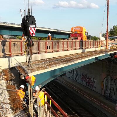 A 114, Außenringbrücke: Montage der Brückenträger