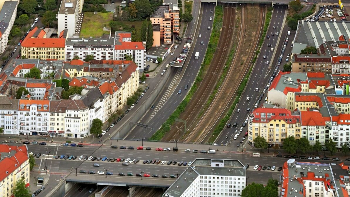 Luftbild von der A 100 zwischen Knobelsdorffbrücke und Kaiserdammbrücke aus dem Jahr 2019