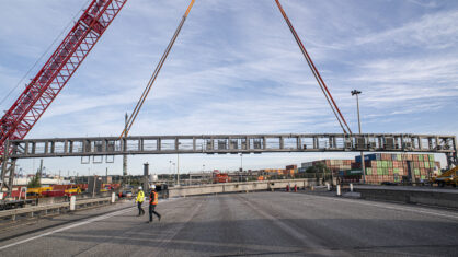 Die neue Verkehrszeichenbrücke wird eingehoben