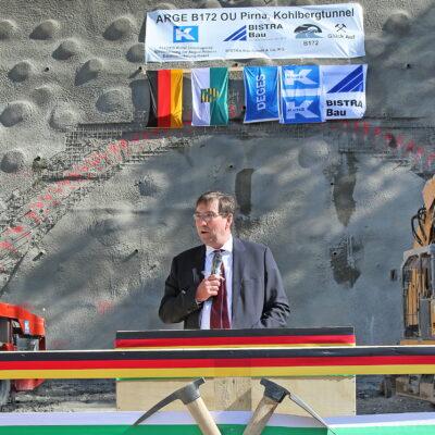 Bereichsleiter Michael Ditter spricht vor dem Tunnelportal