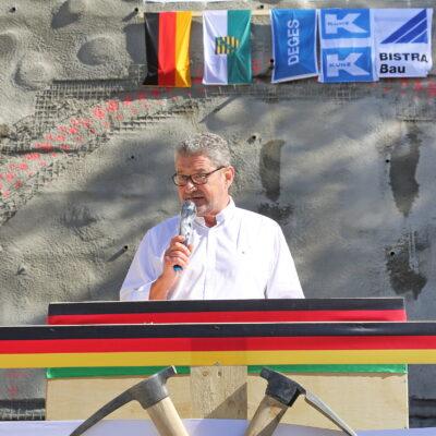 Oberbürgermeister Klaus-Peter Hanke spricht vor dem Tunnelportal