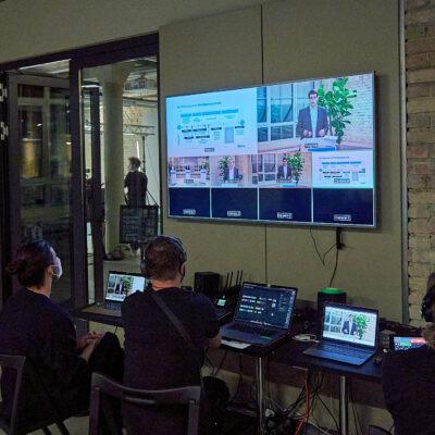 Die Technikregie überwacht die unterschiedlichen Kameraeinstellungen während der Informationsveranstaltung | Bildnachweis: Saskia Uppenkamp